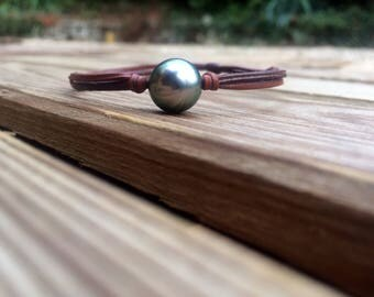 Tahitian pearl on leather - men's or women's bracelet. Beautiful Tahitian pearl on leather, adjustable size, sliding knots