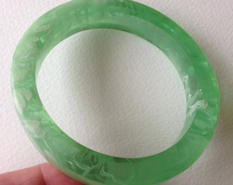 Bangle - square section swirly marbled jade green faux fakelite lucite plastic bangle retro design