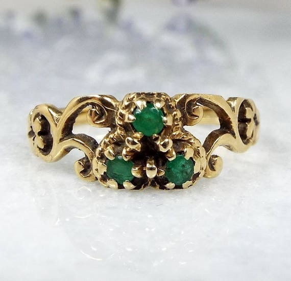 Vintage / 9ct Yellow Gold Ornate Swirl Shoulders Emerald Trilogy Ring / Size O