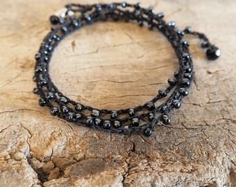 Bracciale con filo di lino nero e perline di vetro nero, Gioiello con perline, multi-filo, Boho, Bracciale cinque giri, wrap 5 giri, nero