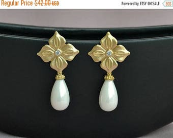 ON SALE Gold pearl drop bridal earrings, gold teardrop pearl earrings, statement pearl bridal earrings, pearl bridal jewelry