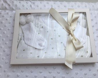 Baby Bubble Romper, white with buzzy bees, matching dribble bib, Shower Gift, New Baby, pom pom socks age 0-3 months