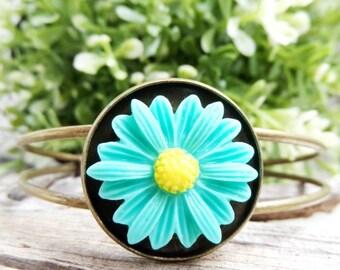 Daisy bangle Resin flower jewelry Nature jewelry Botanical jewelry Resin flower bracelet Adjustable bangle Resin flower bangle Prom bracelet