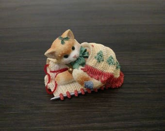 """Calico Kittens Christmas Figurine """"Friendship Covers The Holidays"""" 1997 Priscilla Hillman Enesco Corp Kitten in Blanket Ornament # 7C15-476"""