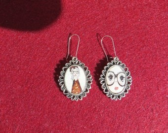 "EARRINGS cabochon ""MAM ' MISSY BEZEL"", two medallions is that this young lady from afar..."