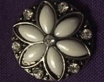 Pretty White 18mm Snap - Add This Pretty White Flower to Your Snap Jewelry Collection!