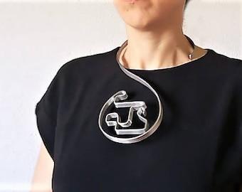 Collar 8. Metallic collar.