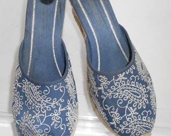 Montego Bay Club espadrille wedge slip on sandals close toe/paisley embroidery in gold/blue/paisley embroidery/size 8W