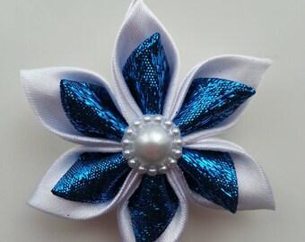 5 cm fleur de satin blanche  et bleu turquoise brillant  petales pointus
