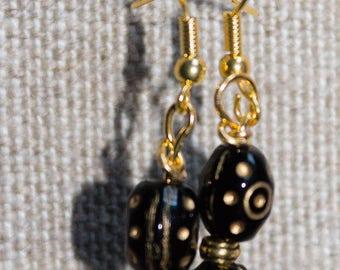 Dangling earrings in black and gold tones