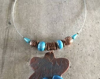 Collier ras de cou - fleur effet cuivrée avec fleur en céramique - Nouvelle collection