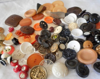 Lot of 100 VINTAGE Mix Plastic & Wood Sewing Craft BUTTONS  E9