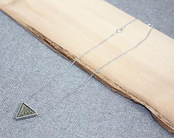 collier court triangle gris, résine, peinture, handmade, fait à la main, géométrique, acier inoxydable, étain, bijou fantaisie, cadeau