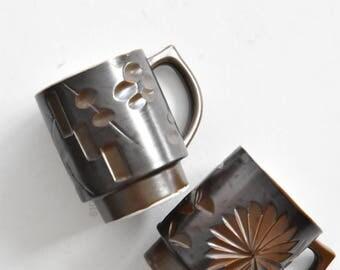 set of 2 brown ceramic coffee mugs / flowers floral
