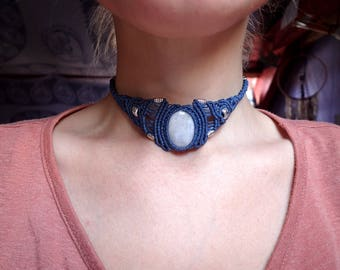 Macrame necklace with moonstone.