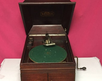 1916 Victor Victrola VV-IX Table Top Hand Crank Phonograph Talking Machine, 78's Record Player, Mahogany