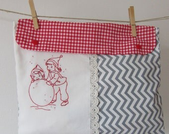 Grey triangle cotton lingerie bag, white cotton and hand embroidery: part of snowballs