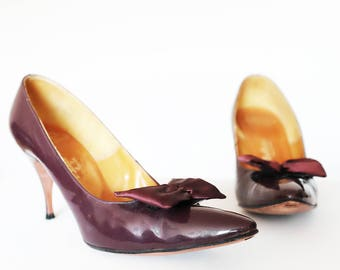 DeLiso Debs Vintage 1950s patent leather plum bow stiletto pumps