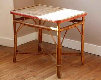 Table en bambou et rotin des années 40. Table d'appoint vintage. Table de véranda.