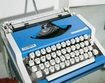 Spanish Keyboard Blue Olympia Traveller De Luxe Typewriter with Case - Great Condition, Free Shipping!