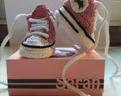 Scarpine  stile Converse realizzate a mano all'uncinetto con scatolina