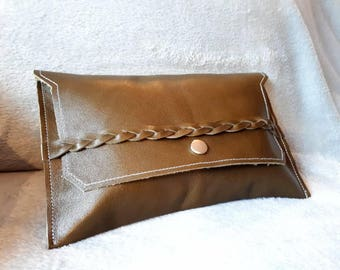 Beautiful clutch of army green leather with a lining of camouflage fabric.