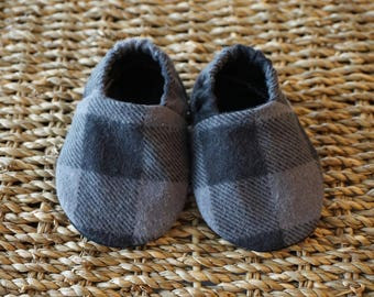 Black and Grey Plaid Baby Shoes, Crib Shoes, Soft Sole Baby Shoes, Baby Bootie, Baby Moccs, Baby Moccasins, Baby Booties, Baby Shower Gift