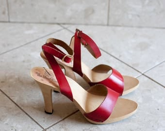 Red Strappy Wood Sandals 1970s Ankle strap Heels Sears The Shoe Place Size 8/39