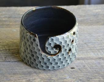 Black line pattern pottery yarn bowl