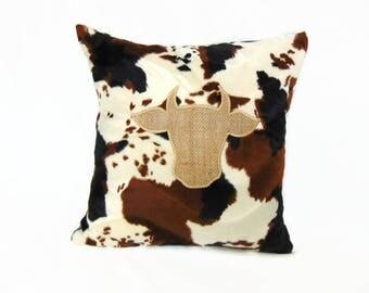 """Housse de coussin en fausse fourrure et toile de jute aux motifs """" vache"""", coussin motif animal par Pleasant Home"""