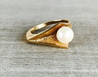 Vintage modernist pearl ring in yellow gold