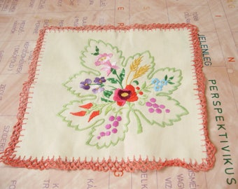"Vintage,Hungarian handmade ""Kalocsa""embroidered doily,centerpiece,w.flower pattern"