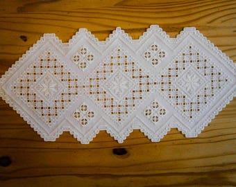 Hardanger handgeborduurde helderwitte  Noorse tafelloper, Hardangersøm; 64 x 29 cm/ 25 x 11,5 inch