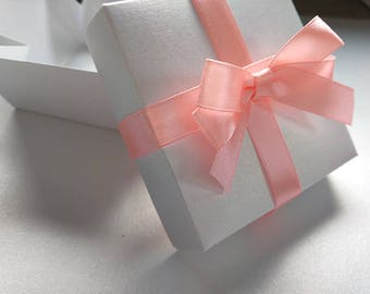 Wedding gift box, White pearl wedding gift box. Box with ribbon and double bow.