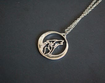 silver tone howling wolf necklace