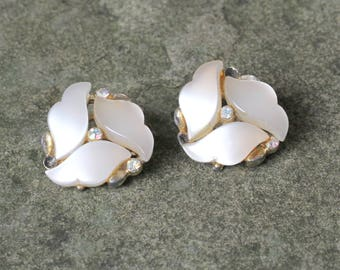 Mother of Pearl Clipon Earrings 1960s, Daisy Shape Mother of Pearl Earrings, Flower Earrings, Daisy Earrings, Vintage Clipon Earrings