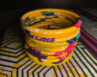 Bracelets women in shades of yellow wax fabrics. Sold in packs of 10. For a great look this summer!
