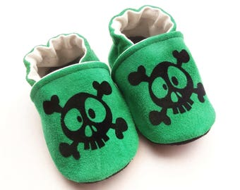 Slippers in green leather with black skulls