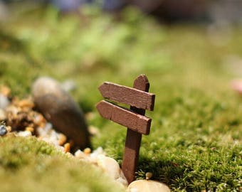 WOODEN MINIATURE: 5 cm * 3 cm Brown direction sign