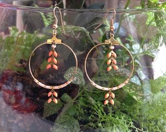 Small hoop earrings - salmon enameled epi - miyuki beads.