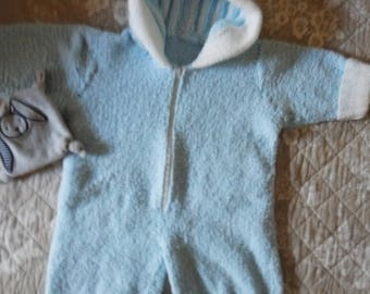 combination knitted sleeping bag is closed with zipper