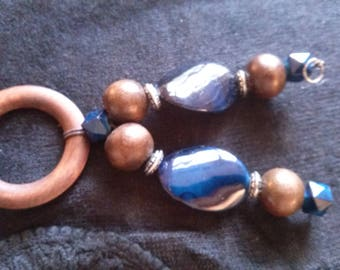 Jewels of clothes in blue and Brown wooden beads