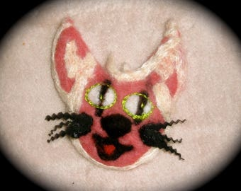 A smiling Chamina - brooch felted wool