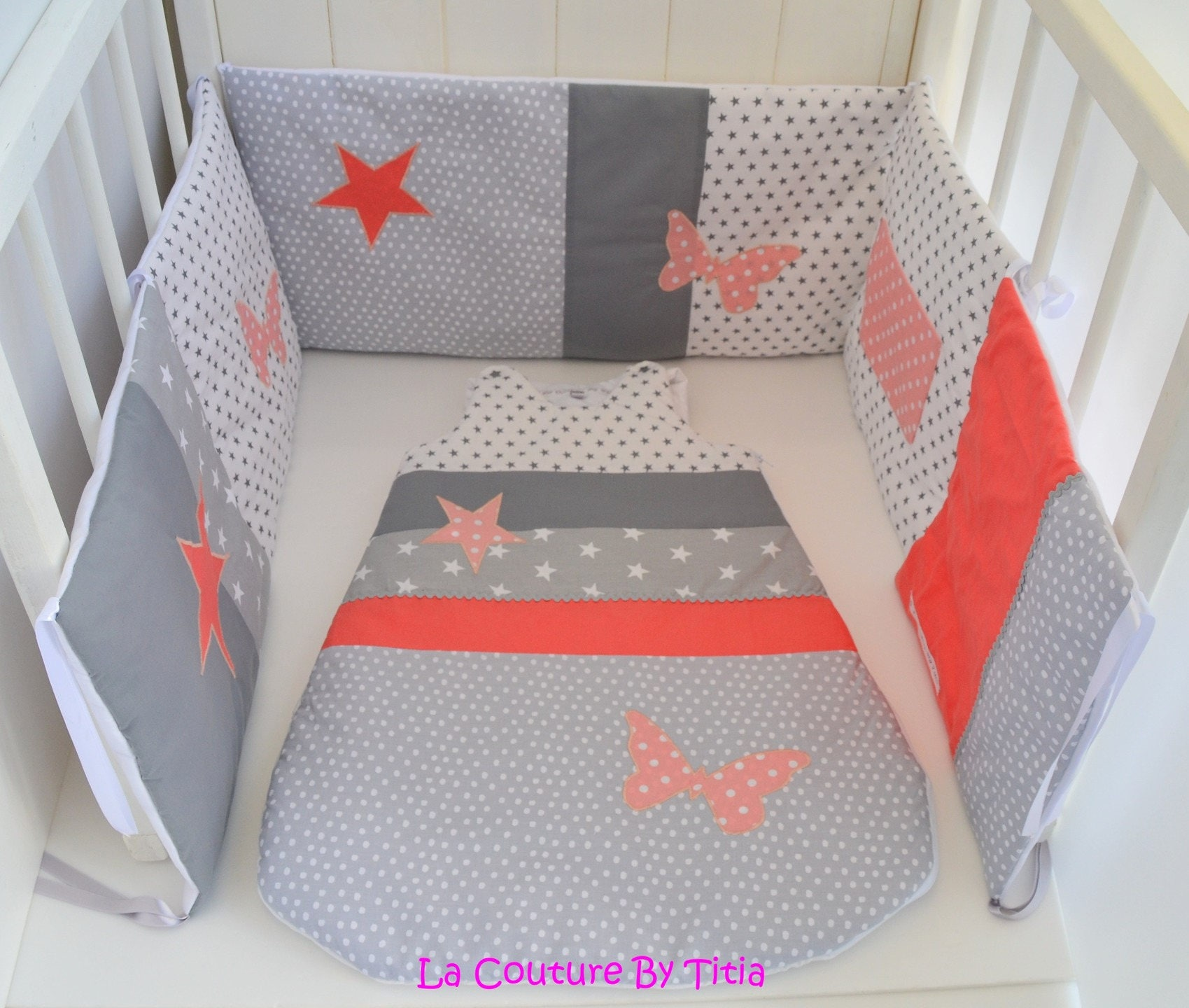 tour de lit et gigoteuse fait main papillon gris et corail. Black Bedroom Furniture Sets. Home Design Ideas