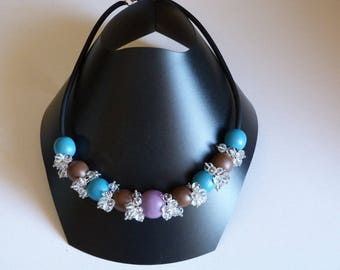 BLUE WOOD BEADS NECKLACE / BROWN AND GLASS CRYSTAL CHARMS