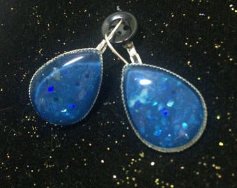 Dangle earrings, dangle earrings, drop shape, glass cabochon, lagoon blue glitter and iridescent blue glitter, hologram.