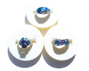 3 bagues plaqué argent strass blanc, cristal violet et opale synthétique irisé bleu et vert.