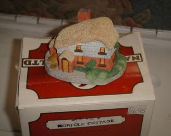 NatureCraft '85 England Mini House Figurines – No. 2 Norfolk Cottage