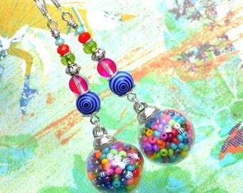 Boho Rainbow . Boucles d'oreilles Uniques multicolore globe verre perles bohème rocailles design original Tikaille