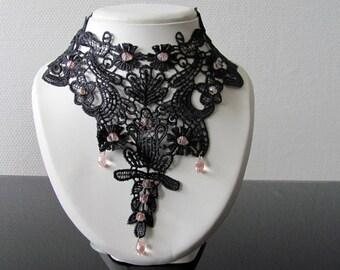 Collier rétro en dentelle de venise rebrodé de perles rose clair